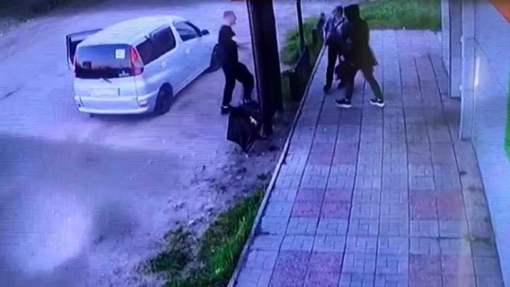 На Левобережье у кафе избили девушку и сломали двери заведения