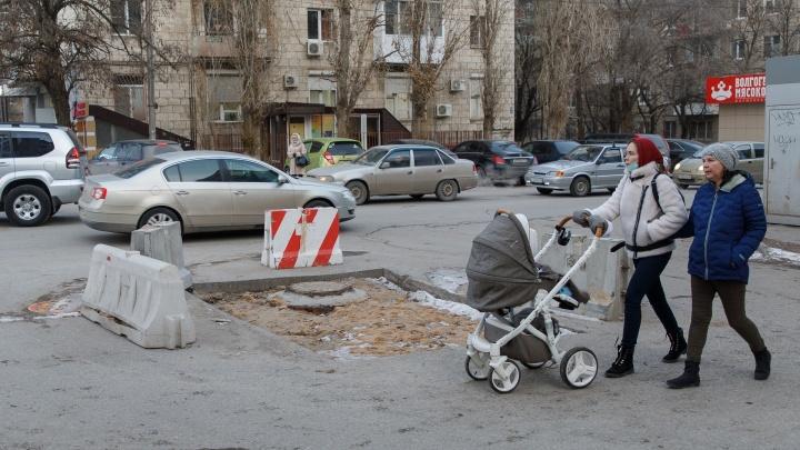 «Пример катастрофы в Волжском не учит наши концессии»: волгоградцы жалуются на провалы и незарытые ямы