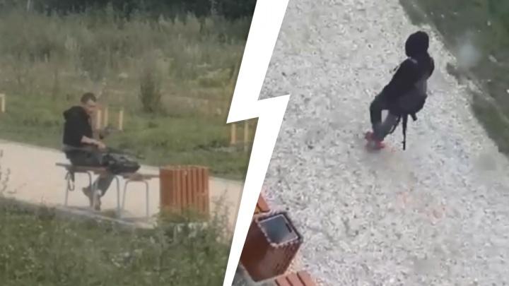 По Екатеринбургу разгуливает парень с автоматом. Он попал на видео