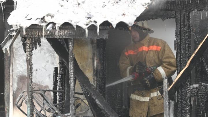 На видео попал пожар в Центральном районе Новосибирска, в котором погибла пенсионерка
