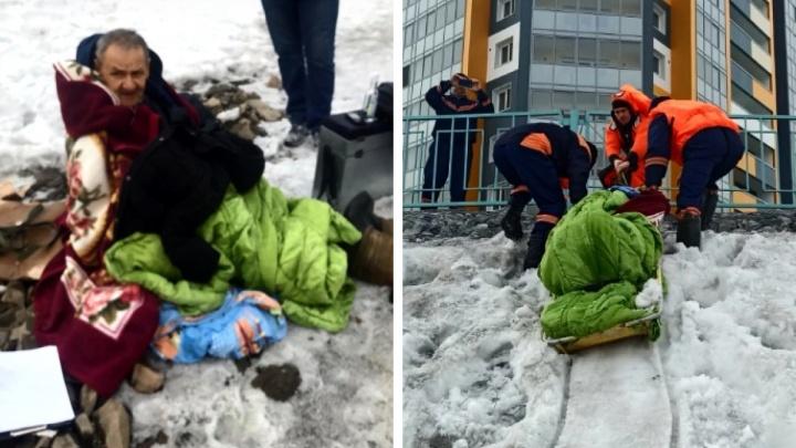 В Новосибирске рыбак ушел под лед— очевидец, который бросился его спасать, тоже провалился в воду