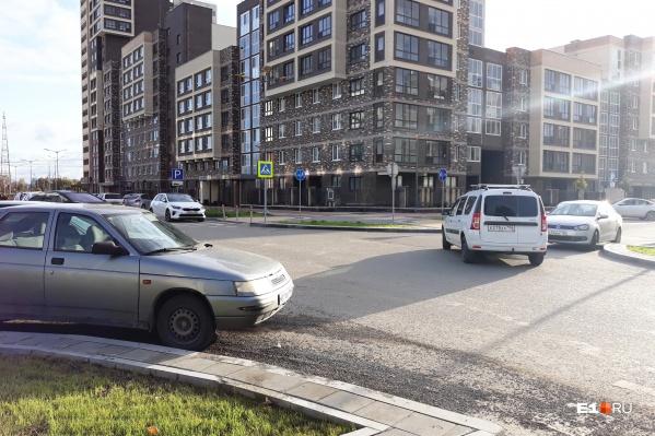 В Екатеринбурге запретили парковку на улице Чемпионов