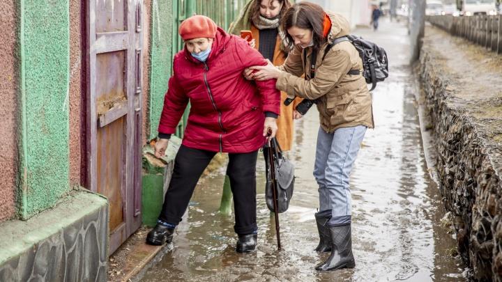 Выхода нет: в Ярославле старики полезли на забор, чтобы дойти до поликлиники