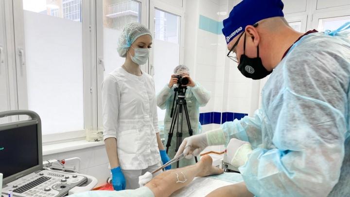 Впервые в Красноярске врачи провели гибридную операцию на венах малого таза и венах нижних конечностей