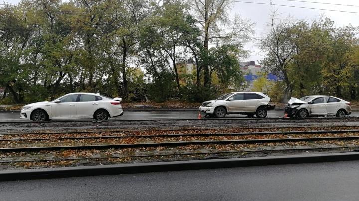 На улице Петухова столкнулись три машины. Пострадал водитель одной из них и 16-летняя девочка