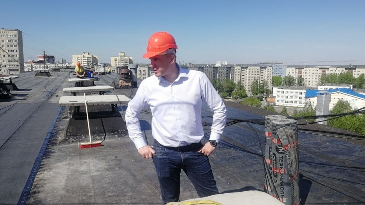 Глава Тюмени Кухарук проверил дома. Для этого он залез на крыши