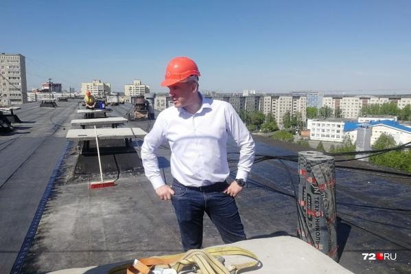 Кухарук забрался на крышу, чтобы проверить ход ремонта