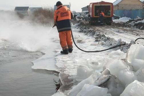 По берегам малых рек в Красноярске специалисты расчищают водостоки