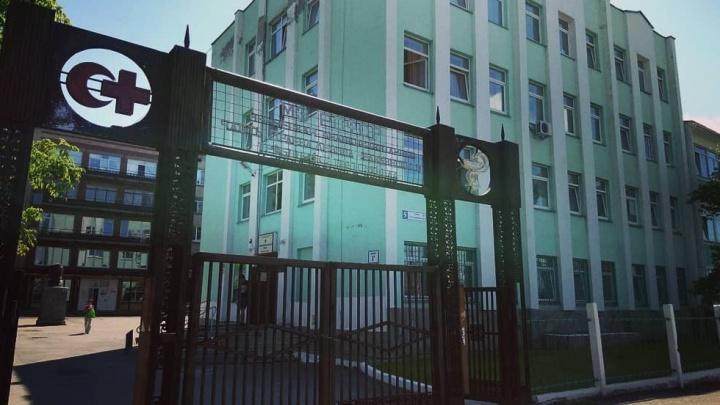 В Челябинске отдали под суд мужчину, набросившегося с кулаками на врача ковидного госпиталя