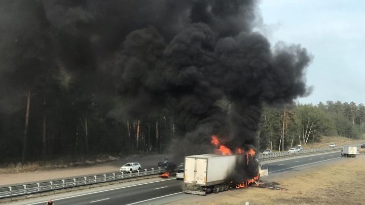 «Водитель услышал хлопок»: в Самарской области сгорел грузовик
