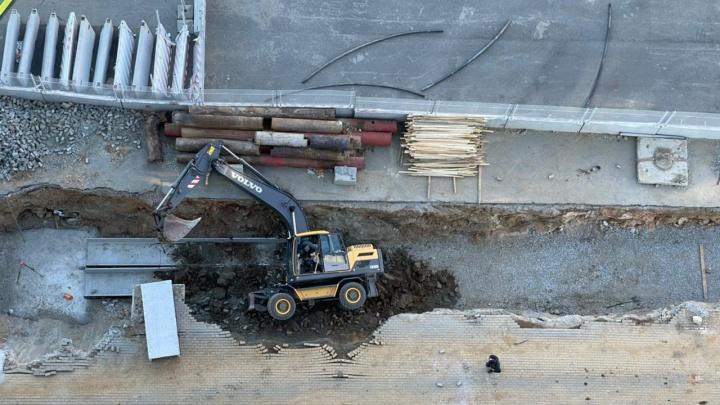 В центре Екатеринбурга экскаватор провалился в глубокую канаву, которую сам же и выкопал