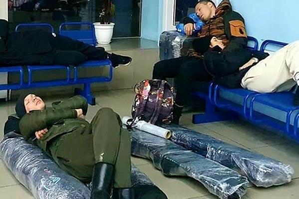 Пассажиры как минимум по 30 минут ждут свой багаж