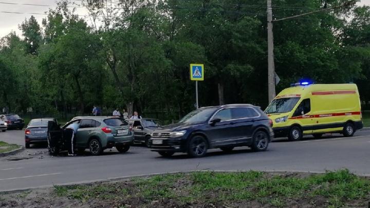 В Волгограде 14-летнего ребенка доставили в больницу после аварии с двумя иномарками