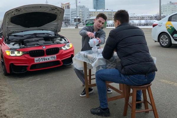 Красный BMW парни поставили на аварийку