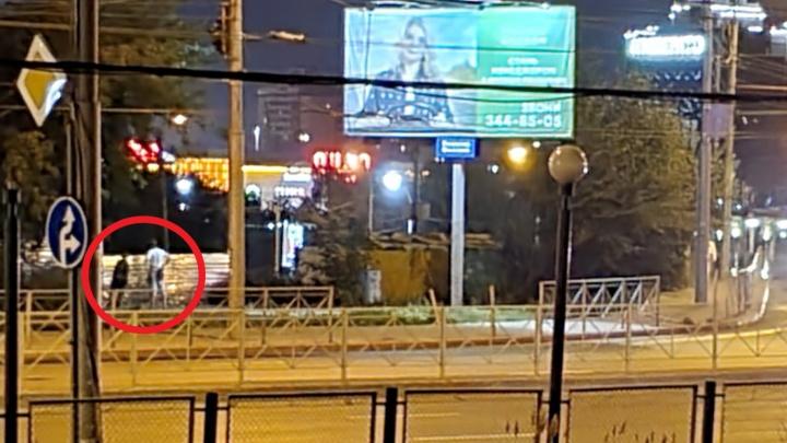 В центре Новосибирска ночью разломали уличное ограждение — попытка его украсть провалилась