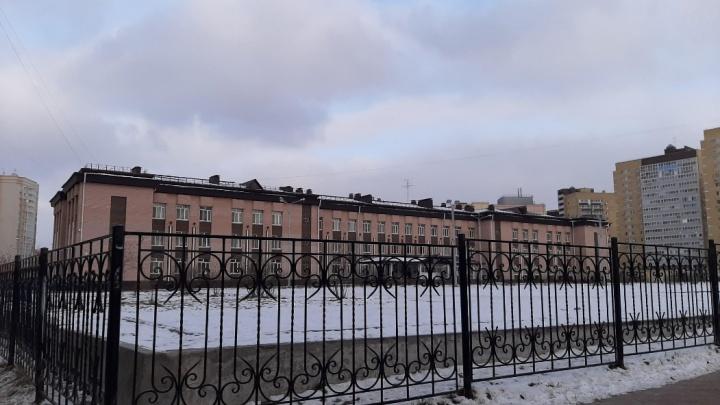 Учеников тюменской школы отпустили по домам из-за холода в классах