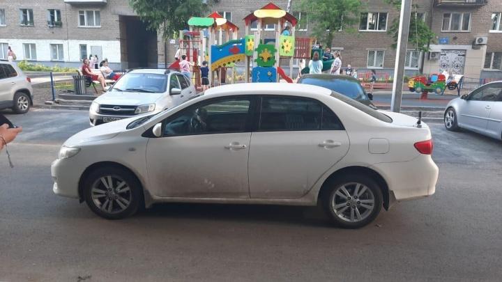 В Уфе Toyota сбила ребенка, момент попал на видео