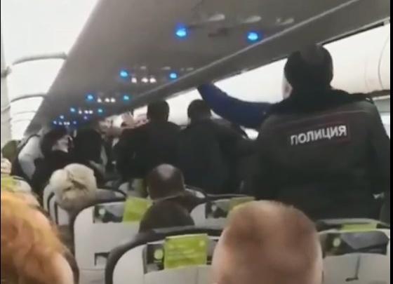 «Держали впятером»: вылет самолета в Москву задержали на час из-за агрессивных пассажиров