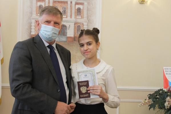 Церемония вручения первых паспортов — часть традиционной акция «Мы — граждане России»