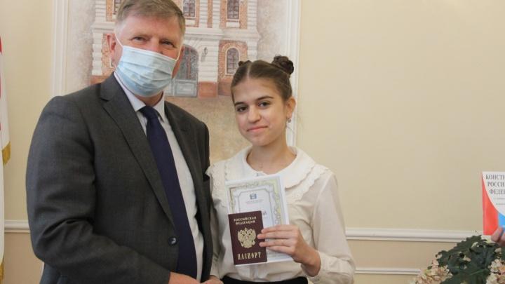 В Омске накануне Дня России школьникам торжественно вручили первые паспорта