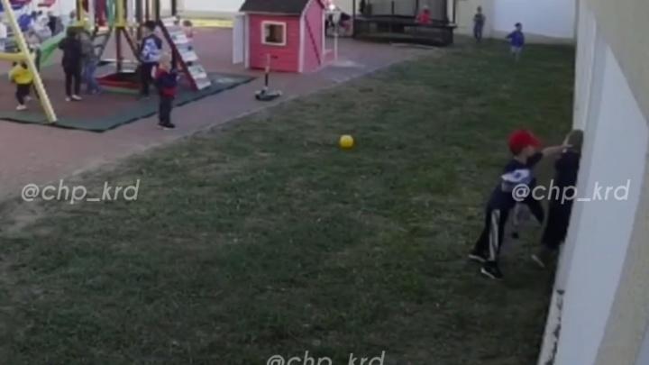В почки и по голове. В Краснодаре воспитанники детсада избили мальчика