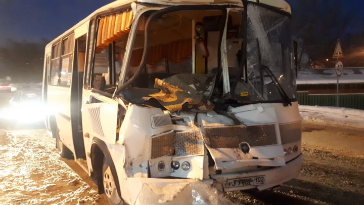 В Башкирии автобус с 12 пассажирами столкнулся с КАМАЗом