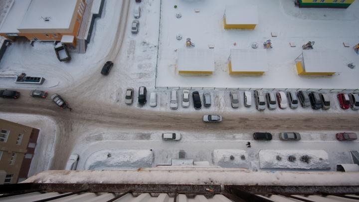 Полиция проводит проверку из-за падения семилетней девочки с четвертого этажа на Красном проспекте