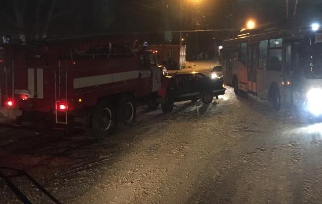 Объехал пробку: пожарный автомобиль выехал на встречку и попал в ДТП в Новосибирске