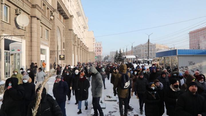 Участники акции протеста в Челябинске прорвали полицейское оцепление и пошли по проспекту Ленина