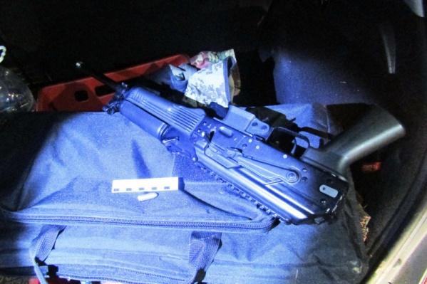 В машине подозреваемых нашли оружие