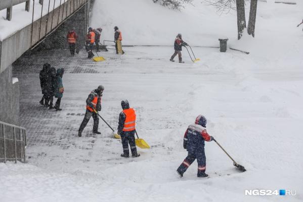В конце января в Красноярске выпало столько снега, что его убирают до сих пор