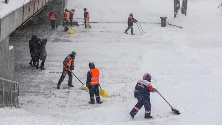 Рабочих на набережной поймали за сваливанием грязного снега в Енисей