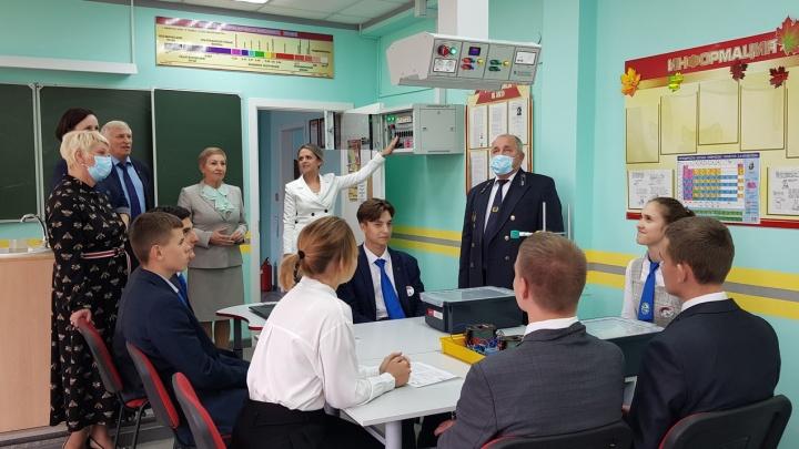 СУЭК купила в одну из школ Красноярского края лабораторное оборудование (фото)