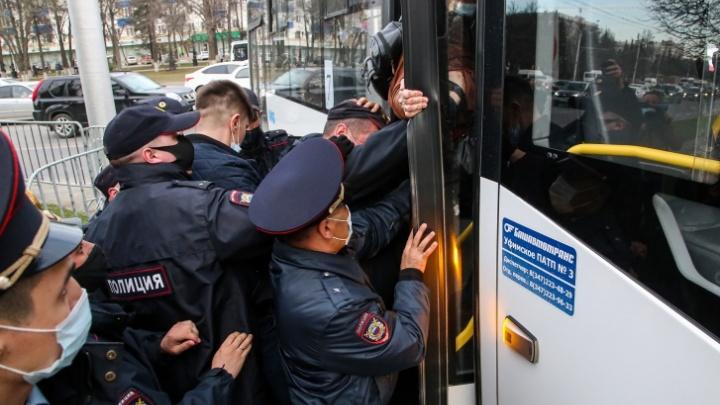 В Уфе оштрафовали супругов за митинг в защиту Навального. Женщина отказалась сесть в автозак, за что и поплатилась
