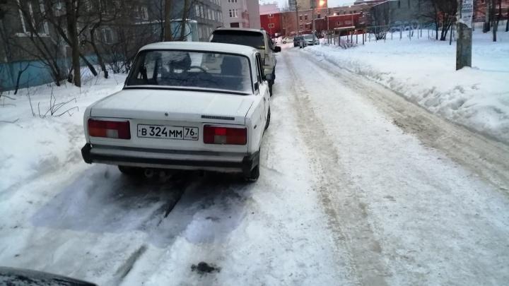 И так на дорогах проблемы: в Ярославле водители-хамы запарковали тротуары