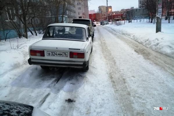 Парковка не чищена — можно встать на тротуар