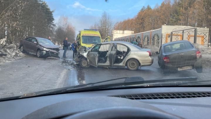 У областной больницы в Ярославле машины раскурочило от удара лоб в лоб