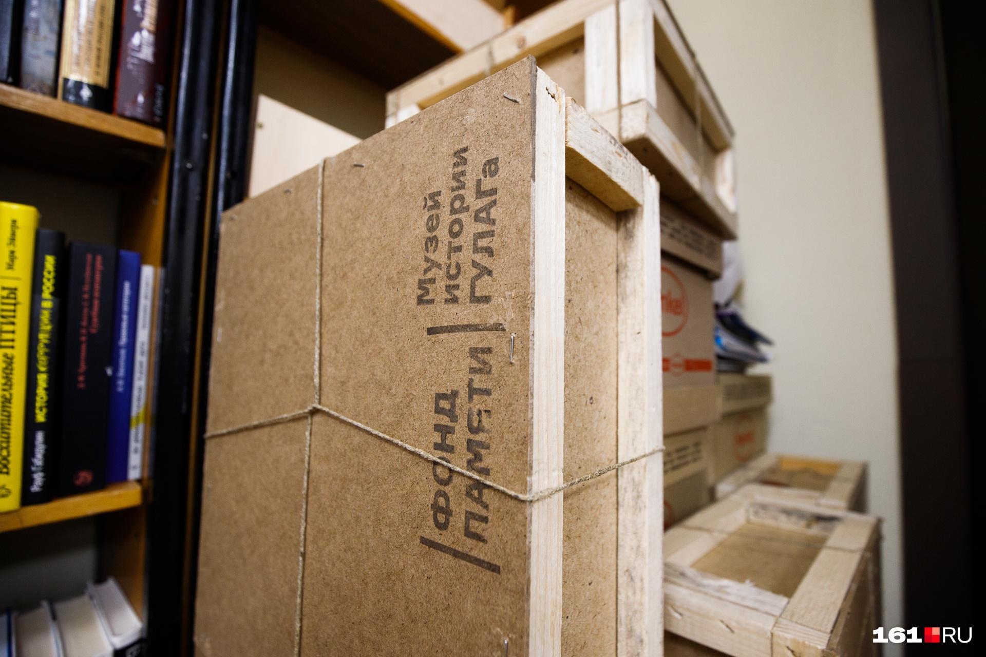 Благотворительные фонды и издательства регулярно передают в библиотеку книги в дар. Эта партия — от столичного музея истории ГУЛАГа