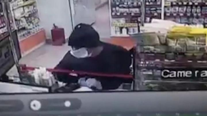 «Требовал положить деньги в пакет»: в Волгограде полицейские задержали налетчика на аптеку