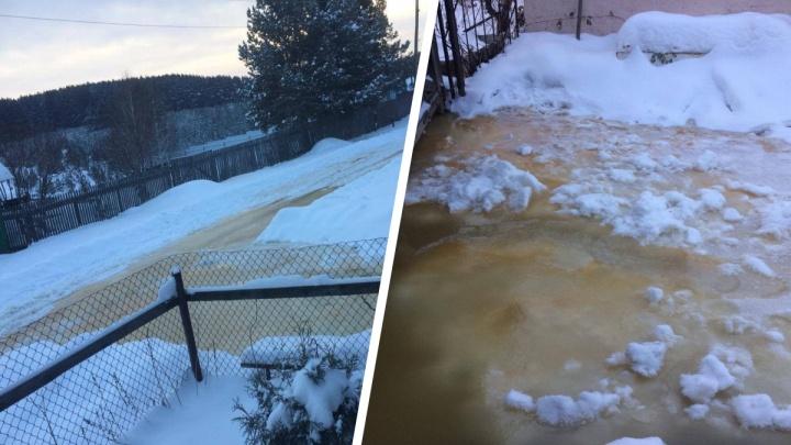 «Устранять будем после холодов, завтра звоните»: на Урале село трое суток топит водой в лютый мороз