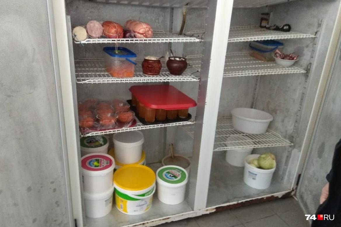 Суд запретил столовой готовить еду на время приостановления деятельности, но в Рождество приставы нашли в ее холодильниках кучу продукции