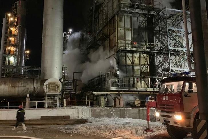 Огонь разгорелся на одной из производственных площадок
