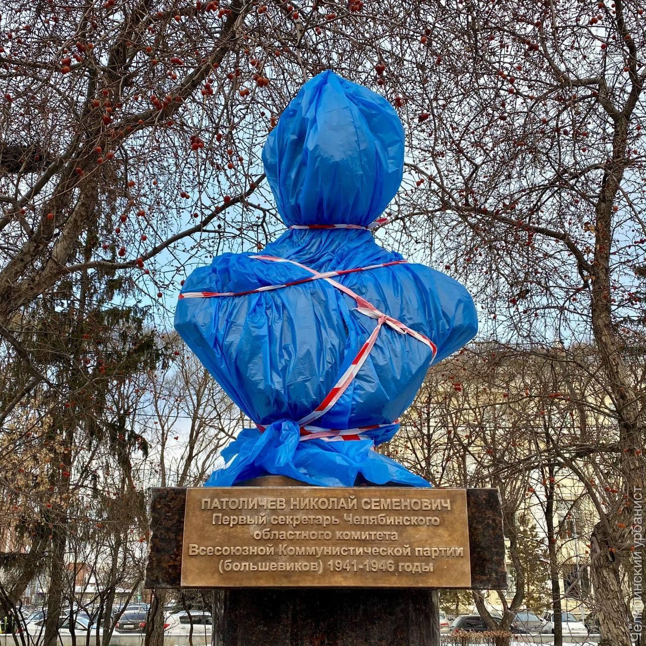 Лев Владов в качестве примера установки памятников «втихую» приводит бюст Николаю Патоличеву на Аллее Славы