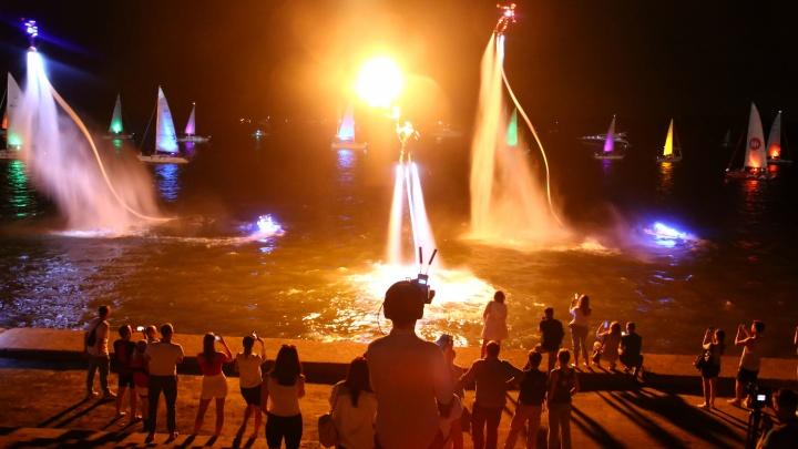 Флайборды в огне, а на фоне — паруса. Световым шоу закончилась «Регата 800» на набережной
