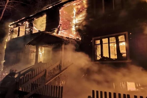 На Кегострове сгорел двухэтажный деревянный дом. Пожар продолжался с 2 часов ночи до 7:30, сейчас пожарные продолжают проливать здание и разбирать конструкции