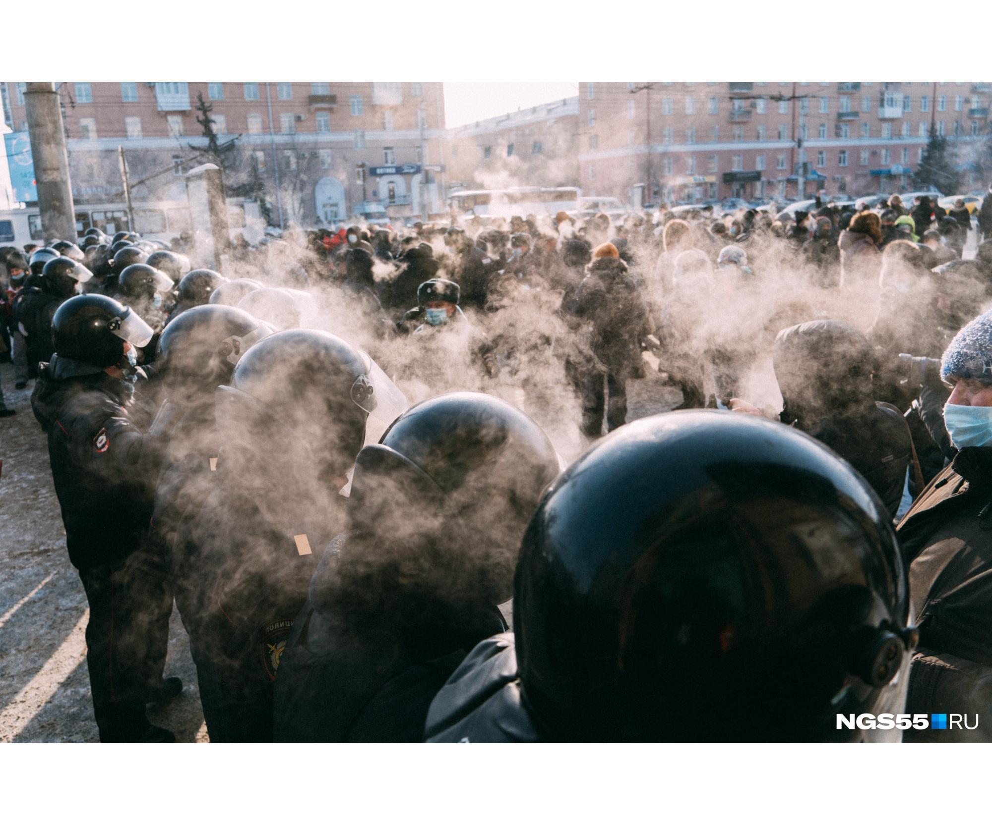 Сначала эта «стена» не пускала людей по проспекту Маркса. Часть людей повернула, чтобы пройти по улице Ленина. Через некоторое время эти полицейские ушли, и остаток толпы продолжил путь в сторону Театральной площади