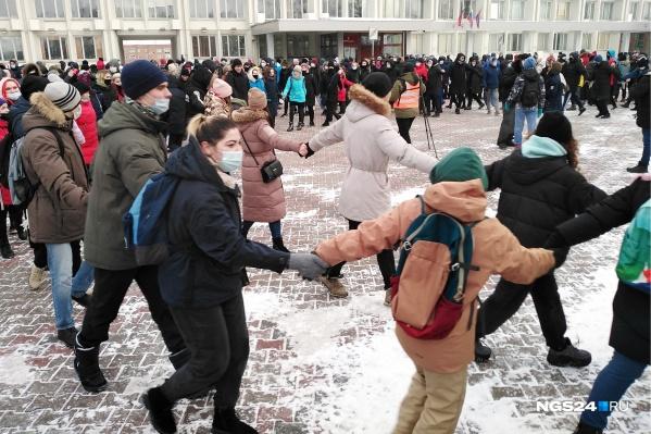 Митингующие водят хоровод перед мэрией