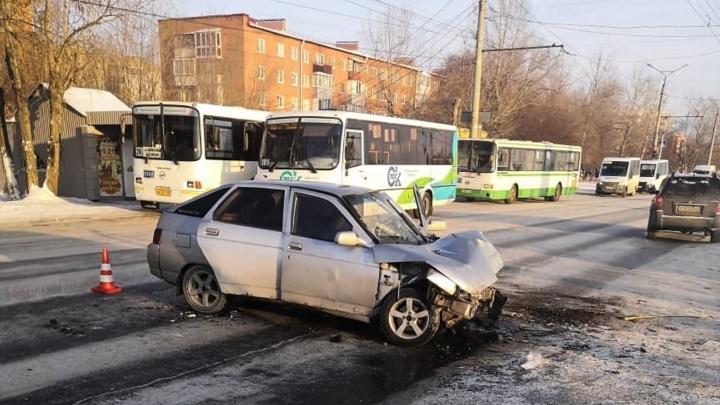 В Солнечном три пассажира ВАЗа пострадали в аварии с автобусом