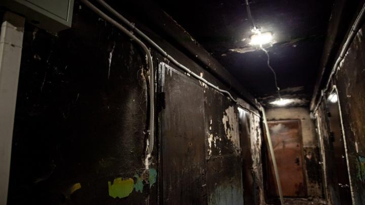 Тюменскую управляшку обязали починить подъезд после пожара. Она отложила ремонт почти на год