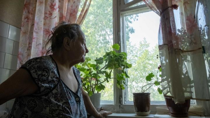 Ни в какие рамы! 86-летняя челябинка после диагностики окон лишилась всех отложенных на похороны денег